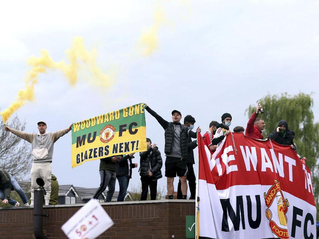 Suporter MU Geruduk Old Trafford, Neville: Unjuk Rasa Hak Semua Orang!