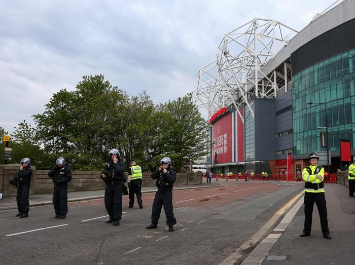 MANCHESTER, ENGLAND - MAY 02: Police officers and tactical aid units are seen manning Old Trafford prior to the Premier League match between Manchester United and Liverpool at Old Trafford on May 02, 2021 in Manchester, England. Sporting stadiums around the UK remain under strict restrictions due to the Coronavirus Pandemic as Government social distancing laws prohibit fans inside venues resulting in games being played behind closed doors. (Photo by Charlotte Tattersall/Getty Images)