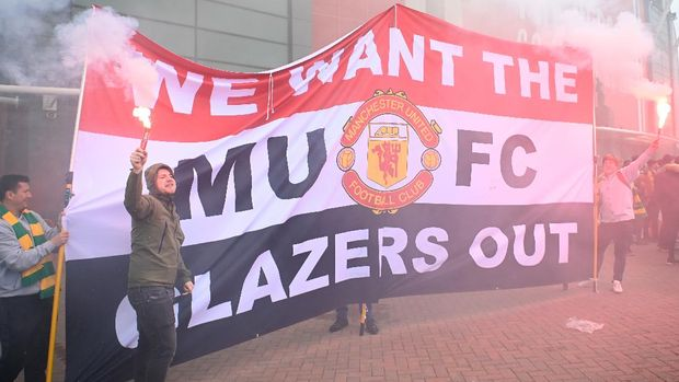 MANCHESTER, ENGLAND - MAY 02: Protesters are seen outside the stadium prior to the Premier League match between Manchester United and Liverpool at Old Trafford on May 02, 2021 in Manchester, England. Sporting stadiums around the UK remain under strict restrictions due to the Coronavirus Pandemic as Government social distancing laws prohibit fans inside venues resulting in games being played behind closed doors. (Photo by Getty Images/Getty Images)