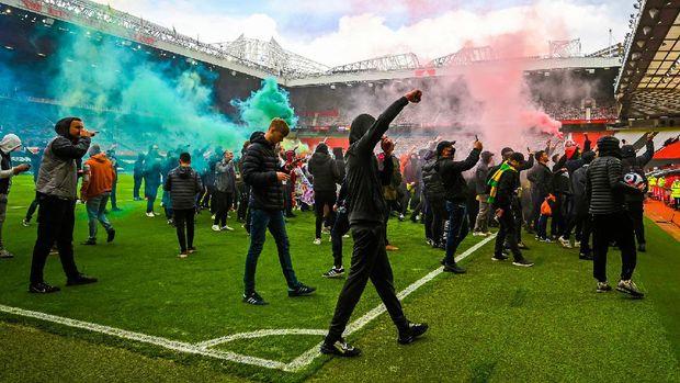 Suporter Manchester United menginvasi lapangan Old Trafford jelang laga MU vs Liverpool, Minggu (2/5/2021).