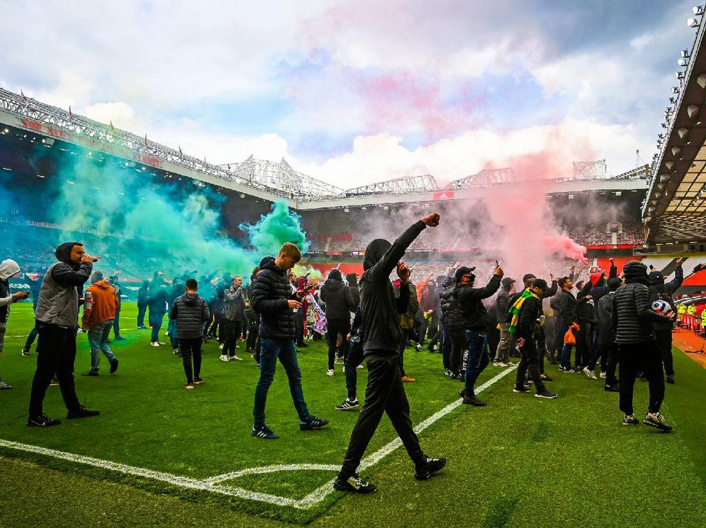 Laga MU Vs Liverpool Ditunda Gegara Invasi Suporter!
