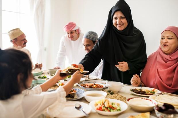 Membantu mereka yang berpuasa dengan mempersiapkan menu sahur dan berbuka memiliki pahala besar buat enggak dilewatkan.