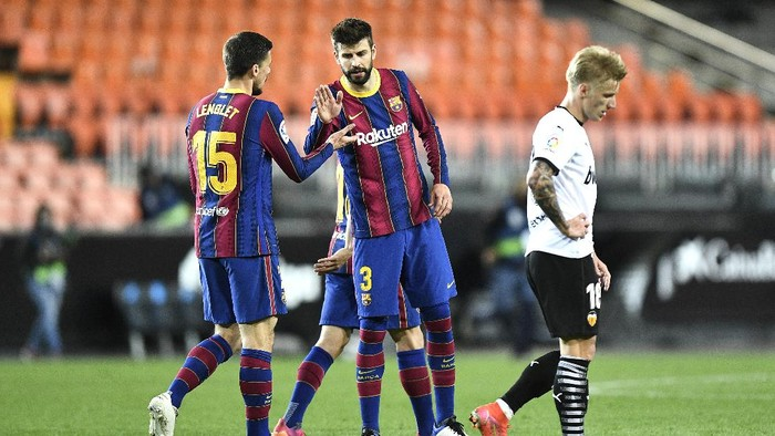 VALENCIA, SPAIN - MAY 02: Clement Lenglet and Gerard Pique of FC Barcelona celebrate following the La Liga Santander match between Valencia CF and FC Barcelona at Estadio Mestalla on May 02, 2021 in Valencia, Spain. Sporting stadiums around Spain remain under strict restrictions due to the Coronavirus Pandemic as Government social distancing laws prohibit fans inside venues resulting in games being played behind closed doors. (Photo by Aitor Alcalde/Getty Images)