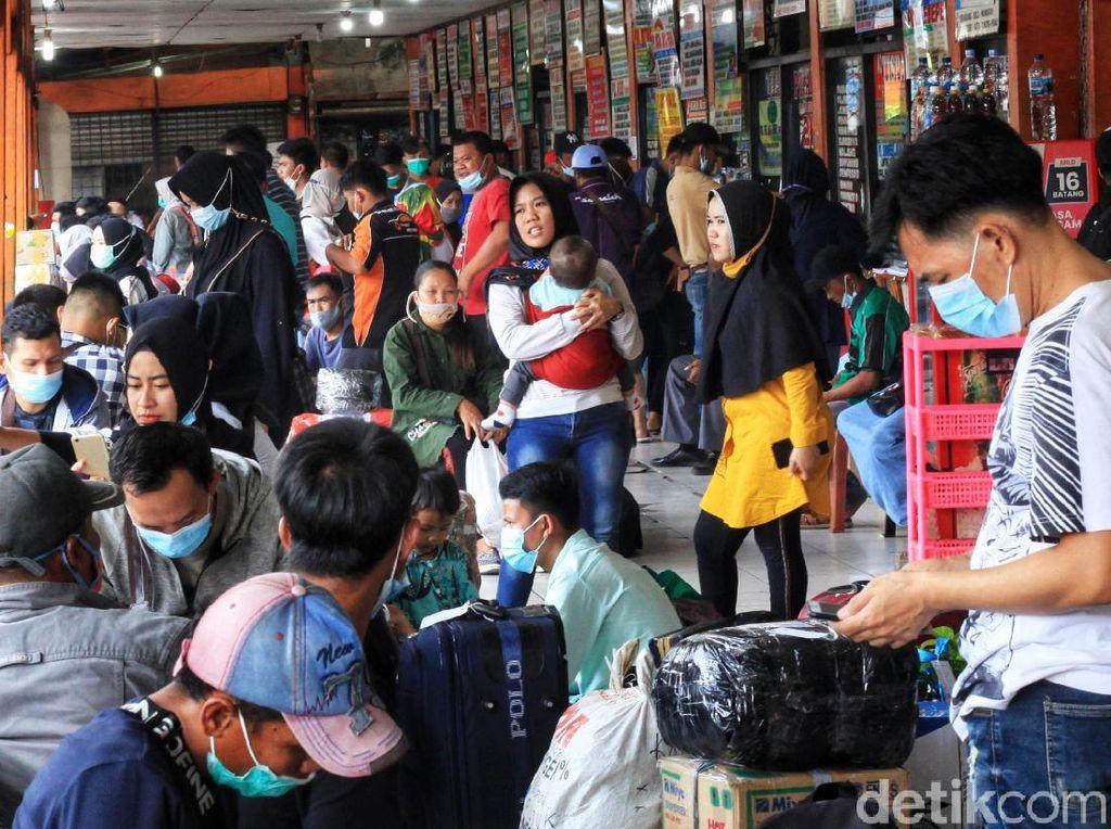 Foto: Lonjakan Pemudik Jelang Pengetatan di Terminal Kalideres
