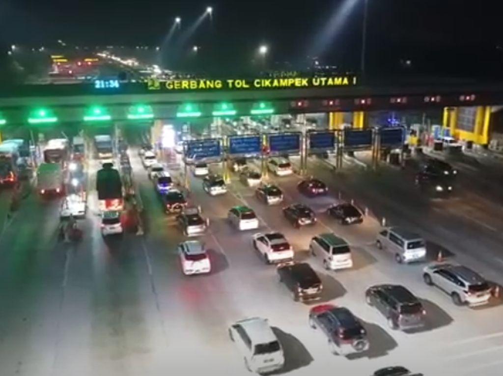 Ramainya Tol Japek, Mobil Mengantre di GT Cikampek Utama 1