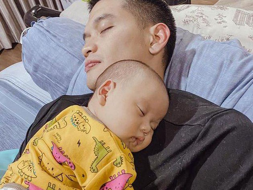 8 Pesona Rezky Adhitya Pas Momong Anak, Suamiable Banget!