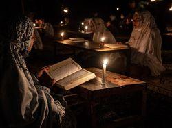 Sambut Lailatul Qadar, Santri Baca Quran Dengan Cahaya Lilin