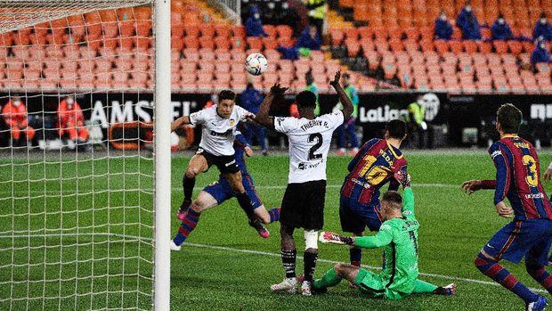 Soccer Football - La Liga Santander - Valencia v FC Barcelona - Mestalla, Valencia, Spain - May 2, 2021 Valencia's Gabriel Paulista scores their first goal REUTERS/Pablo Morano