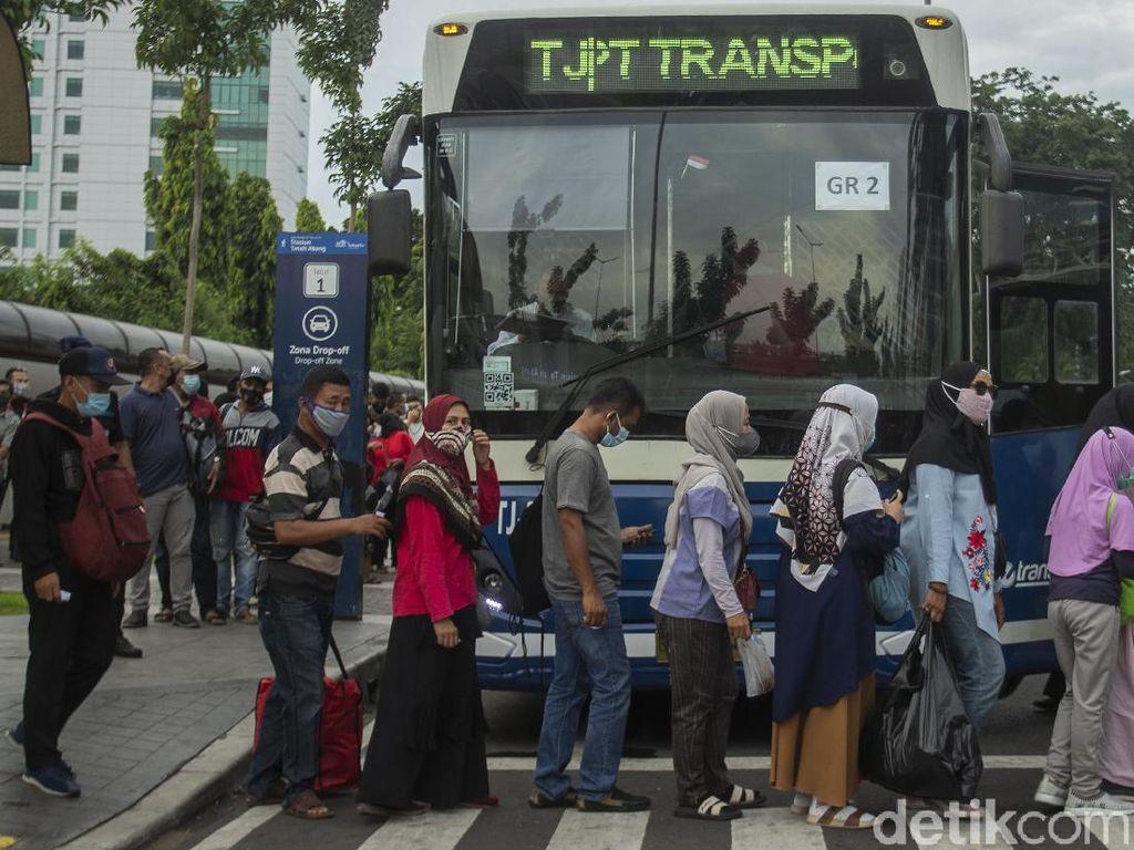 Bus Gratis untuk Alihkan Penumpang KRL dari Tanah Abang Juga Penuh
