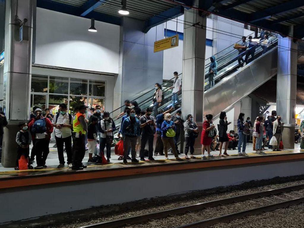 Penumpang Membeludak di Stasiun Palmerah Imbas Tanah Abang Ditutup