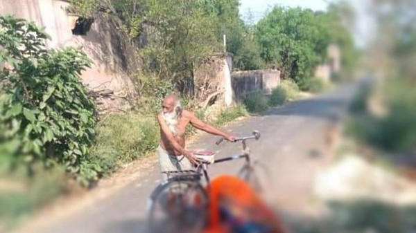 Kakek membawa jenazah istrinya yang terkena COVID-19 menggunakan sepeda.