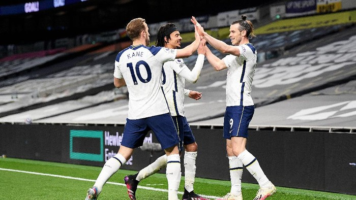 LONDON, ENGLAND - MAY 02: Gareth Bale (R) of Tottenham Hotspur celebrates with team mates Harry Kane and Dele Alli after scoring their sides second goal during the Premier League match between Tottenham Hotspur and Sheffield United at Tottenham Hotspur Stadium on May 02, 2021 in London, England. Sporting stadiums around the UK remain under strict restrictions due to the Coronavirus Pandemic as Government social distancing laws prohibit fans inside venues resulting in games being played behind closed doors. (Photo by Shaun Botterill/Getty Images)