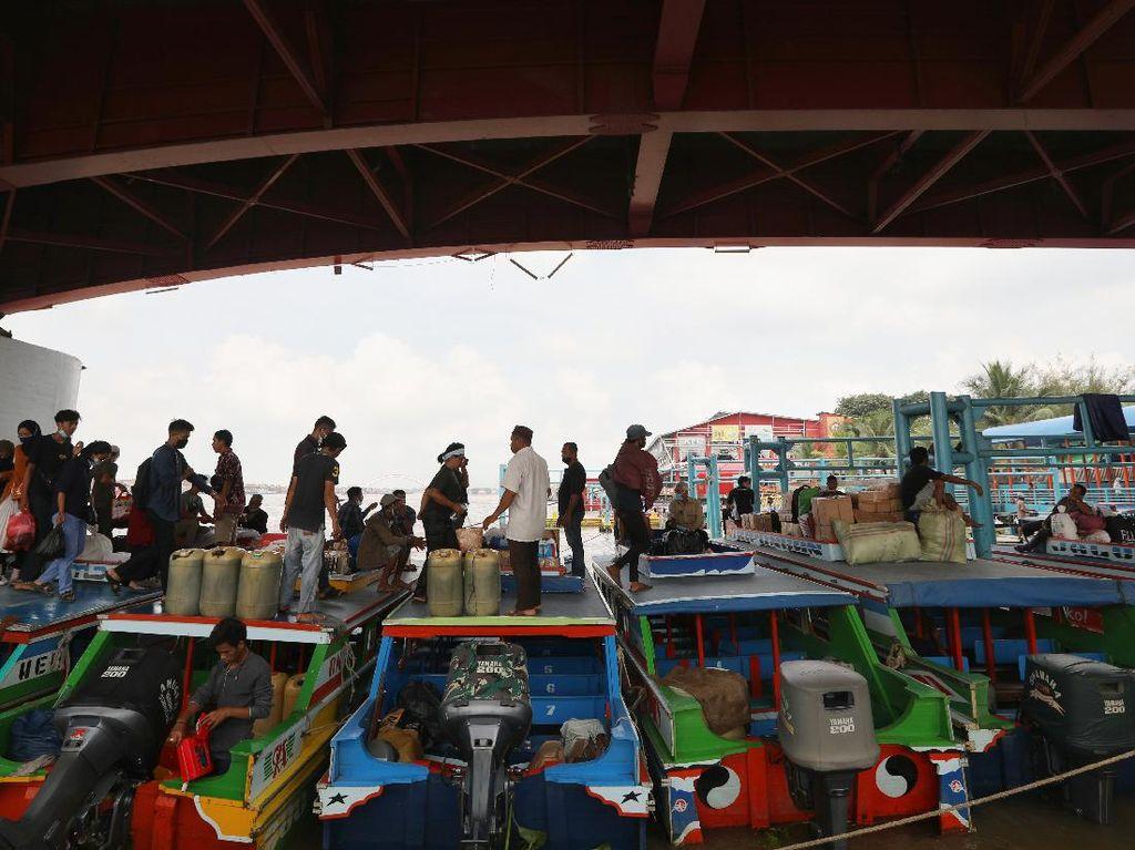 Aktivitas Mudik Lokal di Pelabuhan Sungai Musi