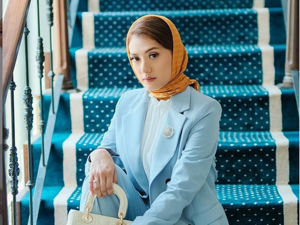 7 Foto Cantik Anissa Aziza Tampil Elegan dengan Kerudung