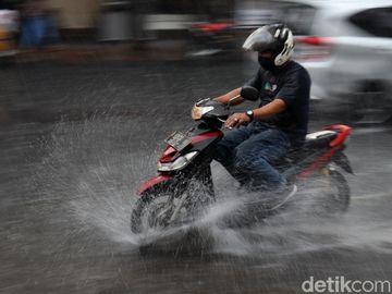Bandung Diguyur Hujan Deras hingga Tergenang