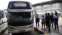 Ribuan Orang Naik Bus saat Larangan Mudik