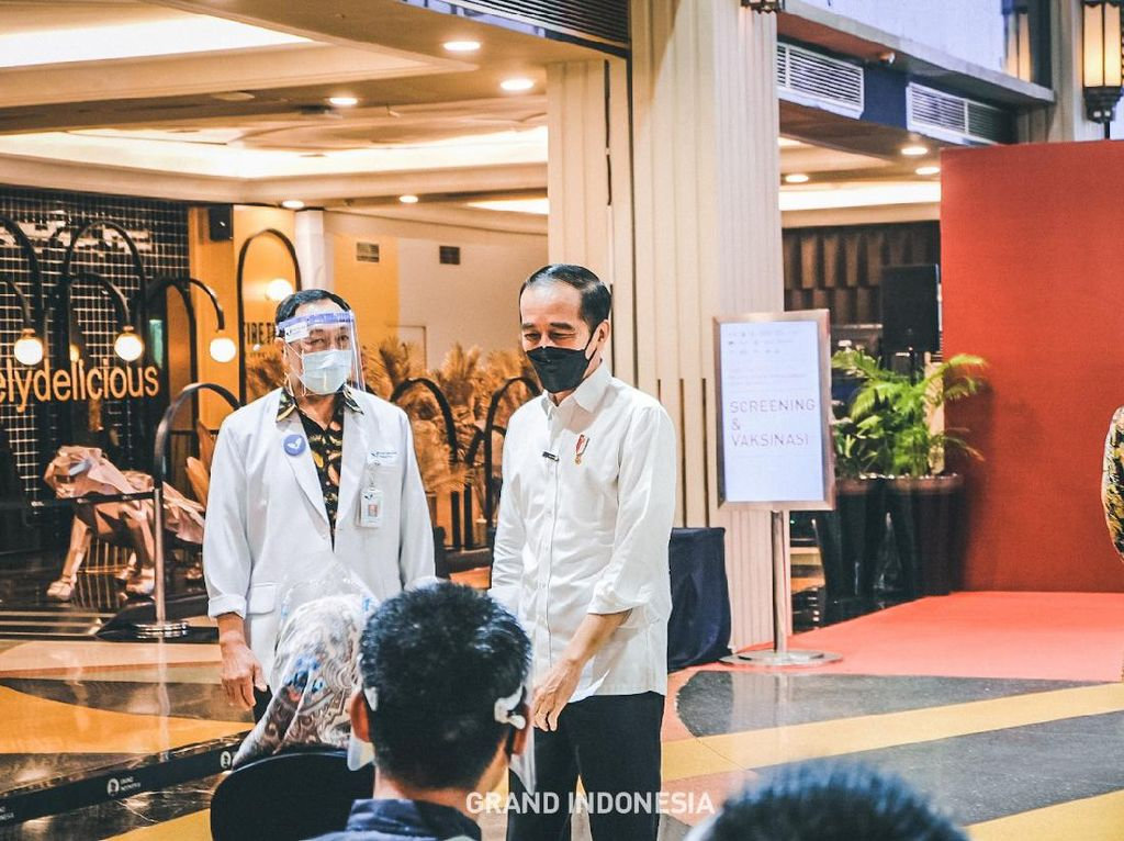 Pelaku UMKM dan Ritel Vaksinasi COVID-19 di 5 Mal Jakarta