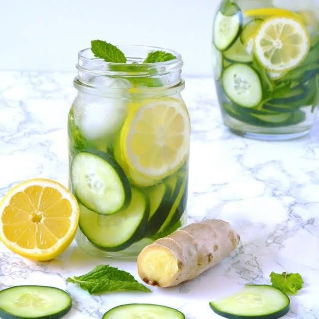 Asupan makanan selama sahur dan berbuka bisa kamu imbangi dengan konsumsi infused water ini agar pencernaan tetap lancar.