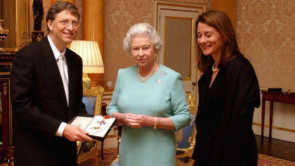 Momen Bill Gates dan Melinda Terima Gelar dari Ratu Inggris