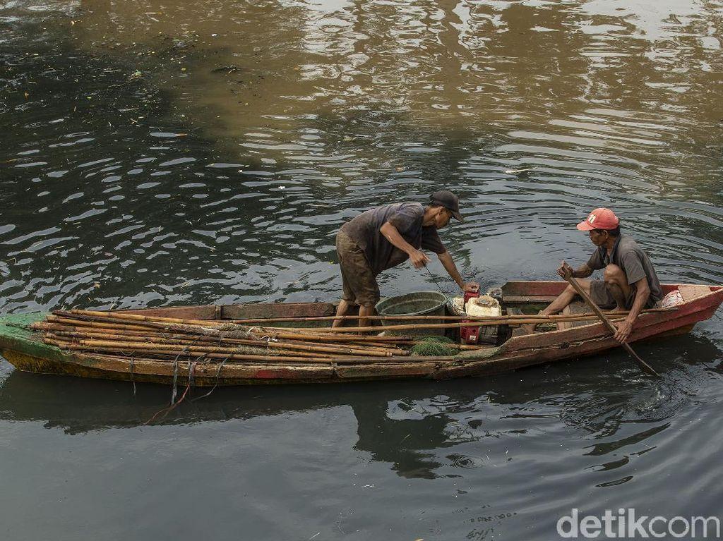Mencari Ikan di Sungai Keruh Jakarta