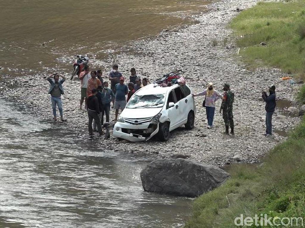 Minibus Terjun ke Sungai di Sulbar, 3 Penumpang Hilang Terbawa Arus