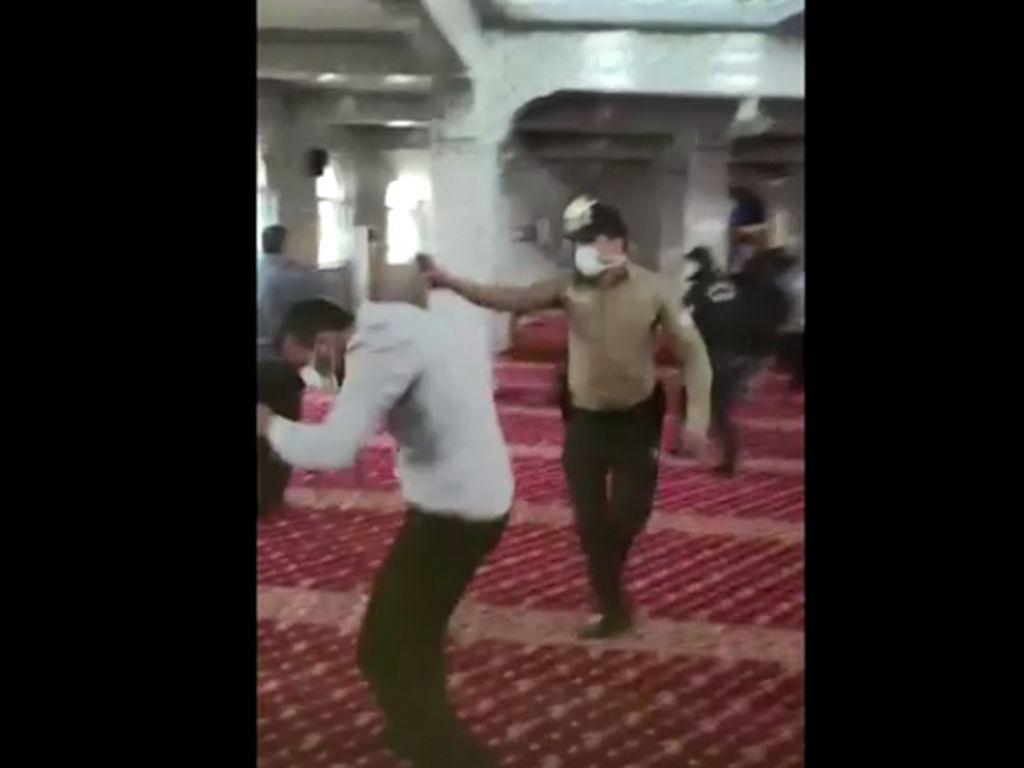 Sedang Itikaf di Masjid, Kelompok Anti-Pemerintah Turki Dibubarkan Paksa