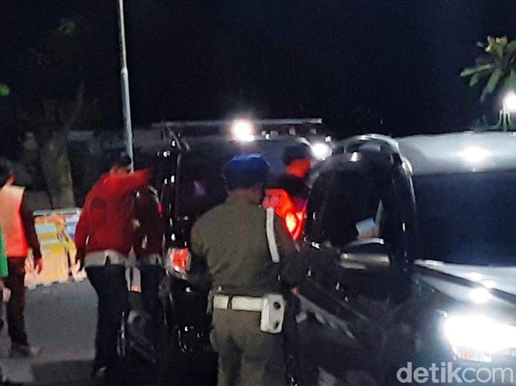 Puluhan Mobil Terjaring Penyekatan di Kuningan, 1 Diputarbalikkan