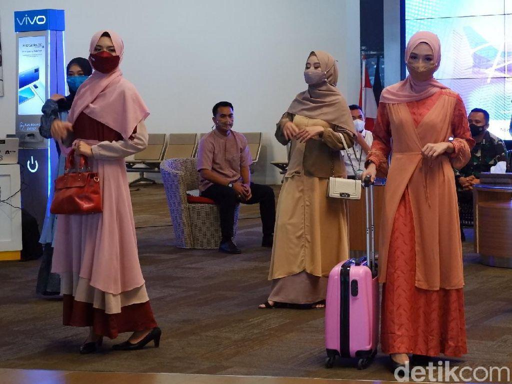 Foto: Lenggak-lenggok Cantik Karyawan Bandara Husein Sastranegara Bandung