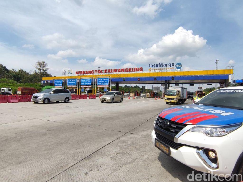 Arus Balik Lebaran, Mobil Pemudik di GT Kalikangkung Dipasangi Stiker Khusus