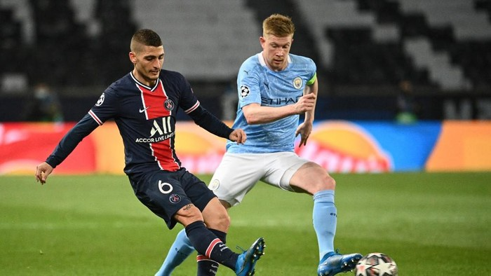 Paris Saint-Germains Italian midfielder Marco Verratti (L) fights for the ball with Manchester Citys Belgian midfielder Kevin De Bruyne during the UEFA Champions League first leg semi-final football match between Paris Saint-Germain (PSG) and Manchester City at the Parc des Princes stadium in Paris on April 28, 2021. (Photo by Anne-Christine POUJOULAT / AFP)