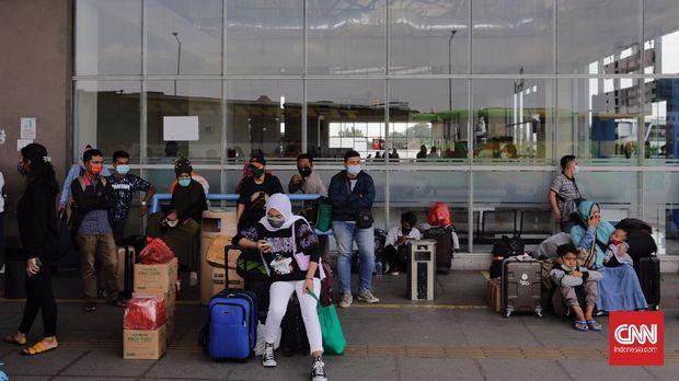 Sejumlah calon penumpang menunggu bus yang akan mengangkut mereka di Terminal Bus Terpadu Pulo Gebang, Jakarta, Selasa, 4 Mei 2021. CNN Indonesia/ Adhi Wicaksono