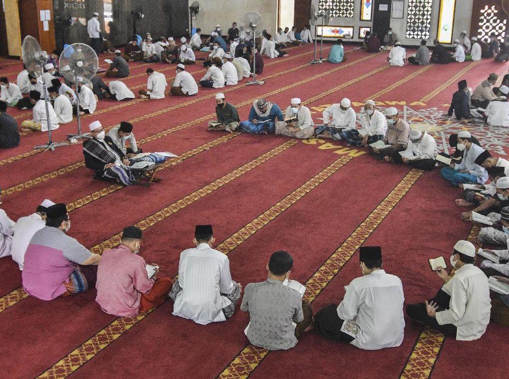 Santri Bekasi Itikaf di Masjid Raih Lailatul Qadar