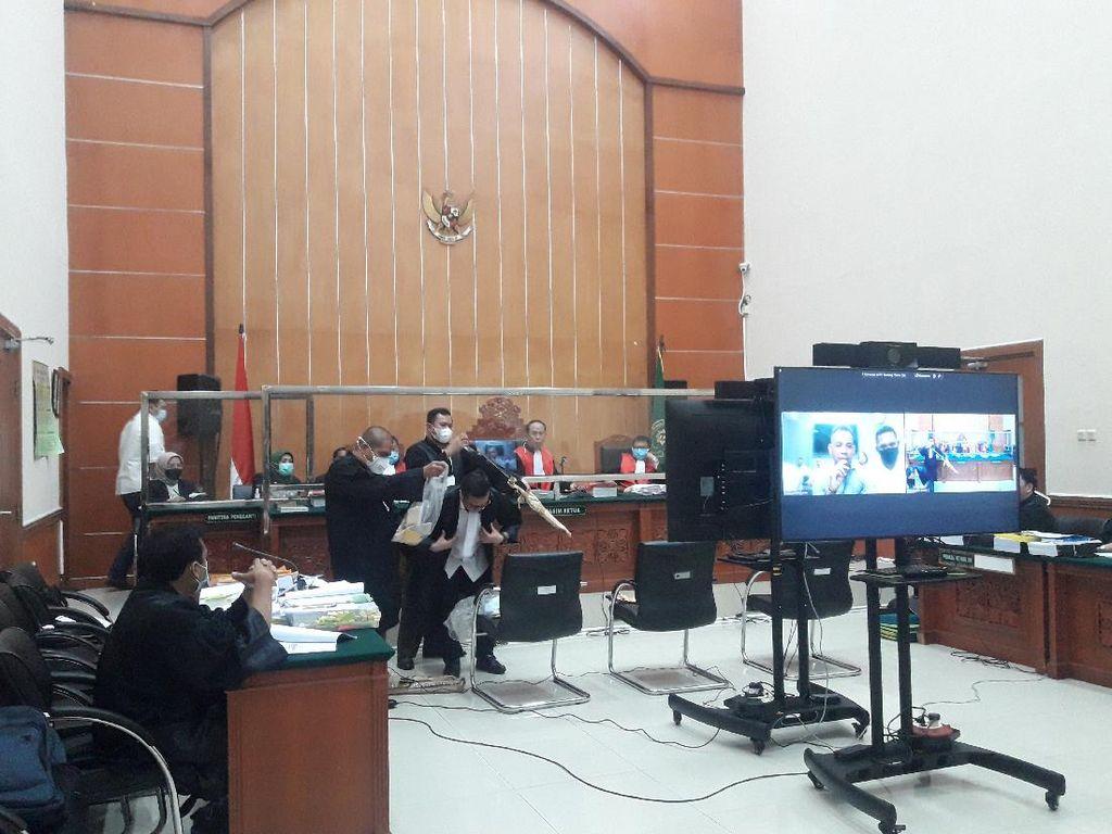 Sidang Kasus Penyerangan, Jaksa Tunjukkan Golok Anak Buah John Kei