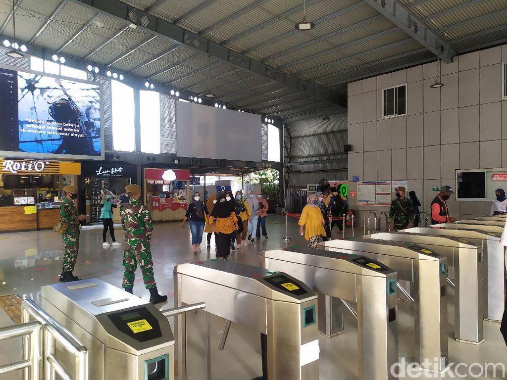 Dijaga TNI, Begini Situasi Stasiun Tanah Abang Pagi Ini