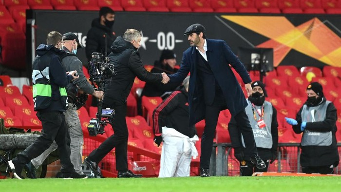 MANCHESTER, ENGLAND - APRIL 29: Paulo Fonseca, Head Coach of Roma shakes hands with Ole Gunnar Solskjaer, Manager of Manchester United following the UEFA Europa League Semi-final First Leg match between Manchester United and AS Roma at Old Trafford on April 29, 2021 in Manchester, England. Sporting stadiums around Europe remain under strict restrictions due to the Coronavirus Pandemic as Government social distancing laws prohibit fans inside venues resulting in games being played behind closed doors. (Photo by Michael Regan/Getty Images)