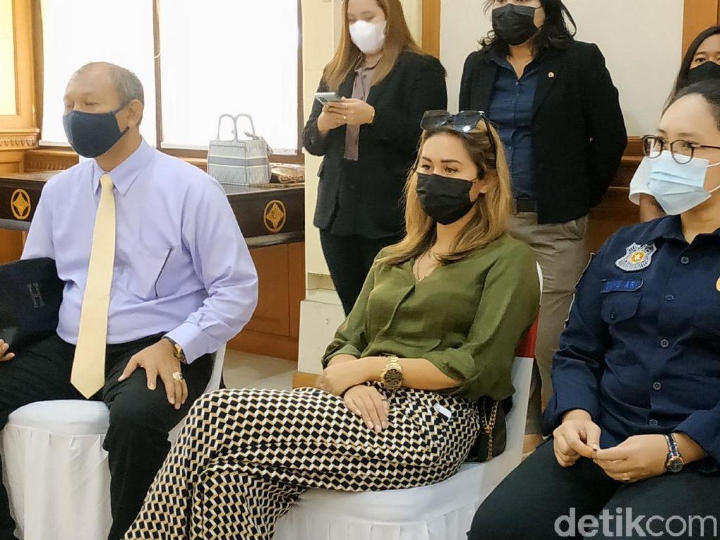 Bule yang Lukis Masker Wajah di Bali Akhirnya Dideportasi!