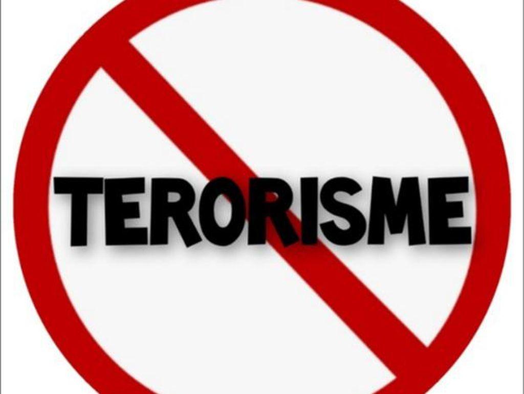 Polisi Sita Katana dari Rumah Terduga Teroris di Babel