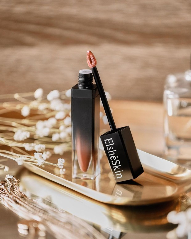 Elsheskin Smooth Lip Matte dengan tekstur ringan yang tahan lama dan tetap membuat bibirmu lembut.