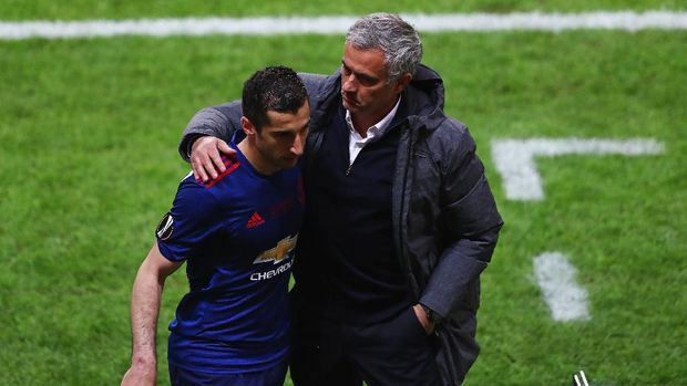 STOCKHOLM, SWEDEN - MAY 24: Henrikh Mkhitaryan of Manchester United and Jose Mourinho, Manager of Manchester United embrace after he is subbed during the UEFA Europa League Final between Ajax and Manchester United at Friends Arena on May 24, 2017 in Stockholm, Sweden.  (Photo by Alex Grimm/Getty Images)