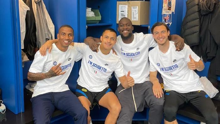 Empat pemain Inter Milan, Ashley Young, Alexis Sanchez, Romelu Lukaku, dan Matteo Darmian, berfoto bersama merayakan Scudetto musim 2020/2021 di Milan.