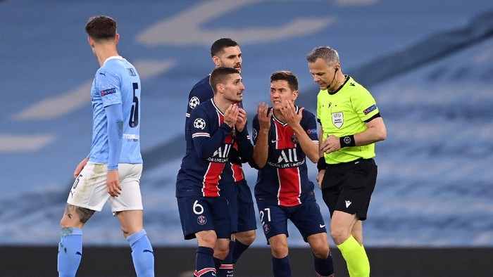 MANCHESTER, ENGLAND - MAY 04: Marco Verratti, Alessandro Florenzi and Ander Herrera of Paris Saint-Germain appeal to referee Bjorn Kuipers during the UEFA Champions League Semi Final Second Leg match between Manchester City and Paris Saint-Germain at Etihad Stadium on May 04, 2021 in Manchester, England. Sporting stadiums around the UK remain under strict restrictions due to the Coronavirus Pandemic as Government social distancing laws prohibit fans inside venues resulting in games being played behind closed doors. (Photo by Laurence Griffiths/Getty Images)
