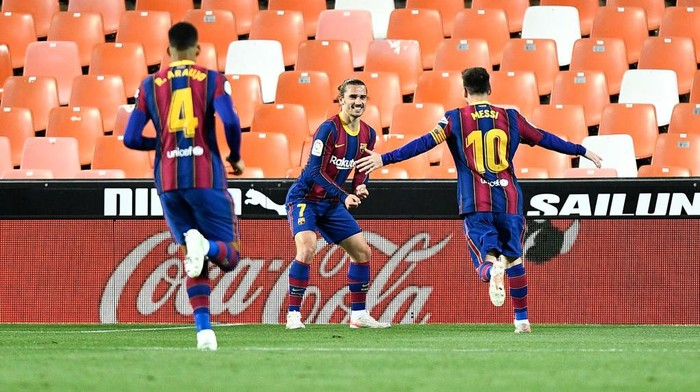 VALENCIA, SPAIN - MAY 02: Antoine Griezmann of FC Barcelona celebrates with team mate Lionel Messi after scoring their sides second goal during the La Liga Santander match between Valencia CF and FC Barcelona at Estadio Mestalla on May 02, 2021 in Valencia, Spain. Sporting stadiums around Spain remain under strict restrictions due to the Coronavirus Pandemic as Government social distancing laws prohibit fans inside venues resulting in games being played behind closed doors. (Photo by Aitor Alcalde/Getty Images)