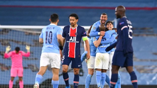 MANCHESTER, ENGLAND - MAY 04: Kyle Walker of Manchester City celebrates victory with Fernandinho and John Stones of Manchester City as Marquinhos and Danilo Pereira of Paris Saint-Germain react after the UEFA Champions League Semi Final Second Leg match between Manchester City and Paris Saint-Germain at Etihad Stadium on May 04, 2021 in Manchester, England. Sporting stadiums around the UK remain under strict restrictions due to the Coronavirus Pandemic as Government social distancing laws prohibit fans inside venues resulting in games being played behind closed doors. (Photo by Laurence Griffiths/Getty Images)