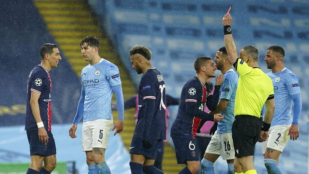 PSG's Angel Di Maria, left, sees a red card during the Champions League semifinal second leg soccer match between Manchester City and Paris Saint Germain at the Etihad stadium, in Manchester, Tuesday, May 4, 2021. (AP Photo/Dave Thompson)