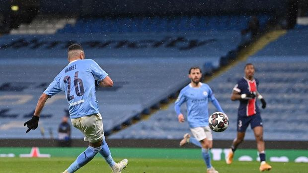 MANCHESTER, ENGLAND - MAY 04: Riyad Mahrez of Manchester City scores his team's second goal during the UEFA Champions League Semi Final Second Leg match between Manchester City and Paris Saint-Germain at Etihad Stadium on May 04, 2021 in Manchester, England. Sporting stadiums around the UK remain under strict restrictions due to the Coronavirus Pandemic as Government social distancing laws prohibit fans inside venues resulting in games being played behind closed doors. (Photo by Laurence Griffiths/Getty Images)