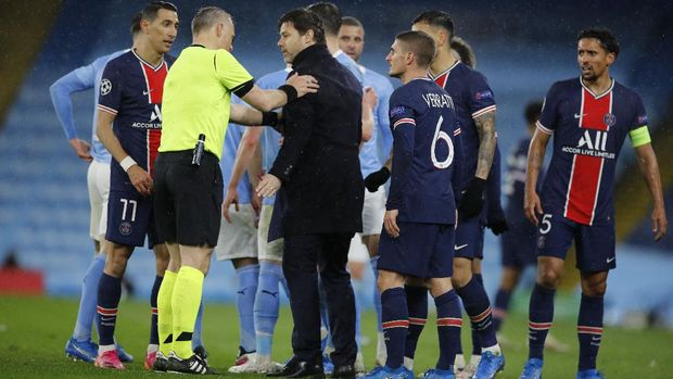 Soccer Football - Champions League - Semi Final Second Leg - Manchester City v Paris St Germain - Etihad Stadium, Manchester, Britain - May 4, 2021 Paris St Germain coach Mauricio Pochettino speaks with referee Bjorn Kuipers after Angel Di Maria was sent off REUTERS/Phil Noble