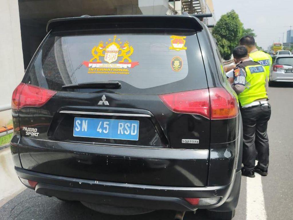 Nyeleneh! Mobil Pajero Bernopol SN-45-RSD Ditilang di Tol Cawang