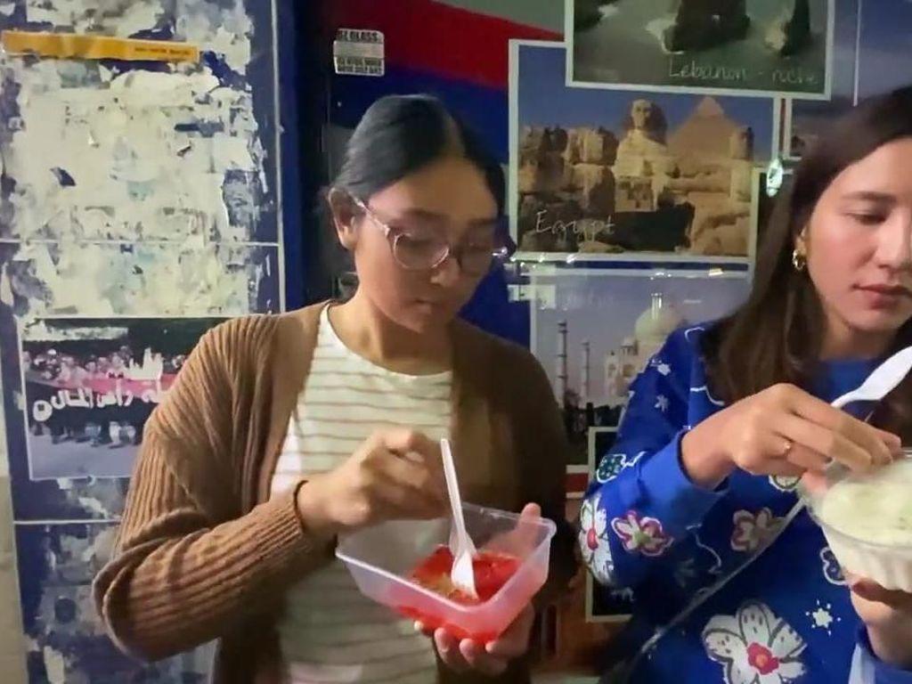 Serunya Momen Acha Sinaga Berburu Takjil di Sydney, Ada Pasar Ramadan!