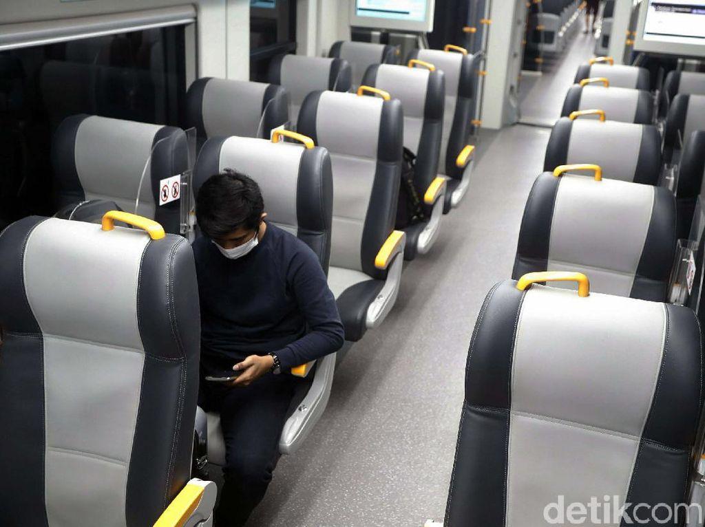 Sunyi Sepi Kereta Bandara Jelang Berhenti Operasi Sementara