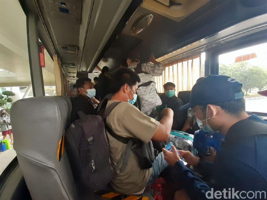 Tak Ada Jarak di Dalam Shuttle Bus Bandara Soetta